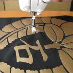 布を切って貼り付けて柄を入れる方法