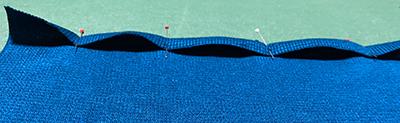 縫い代が波打つニット
